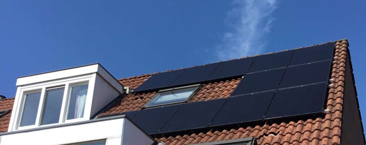 onderaanzicht van schuin dak met rode dakpannen en zonnepanelen