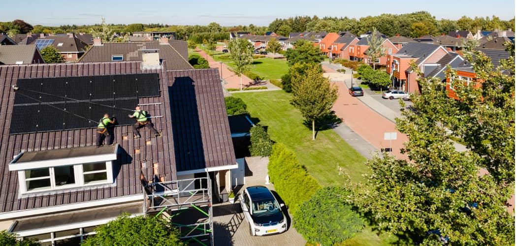 Bovenaanzicht installatie zonneplan op het dak