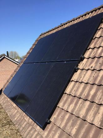 close up zonnepanelen op dak